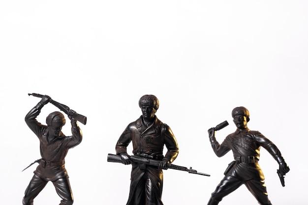 Винтажные игрушки черные солдаты, изолированные на белом фоне