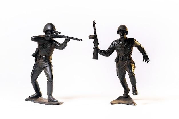 Винтажные игрушки черные солдаты, изолированные на белой поверхности