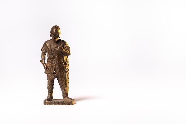 Винтажные игрушки коричневый солдат-рыцарь, изолированные на белом фоне.