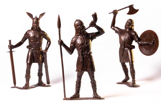 Винтажная игрушка коричневые солдаты викингов, изолированные на белом фоне.