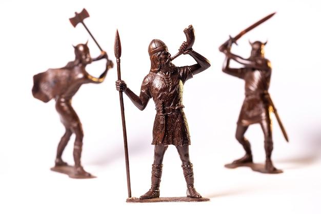 Винтажные игрушки коричневые солдаты викингов изолированы на белой поверхности