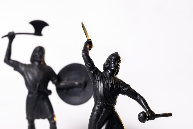 빈티지 장난감 블랙 바이킹 군인 흰색 배경에 고립입니다.