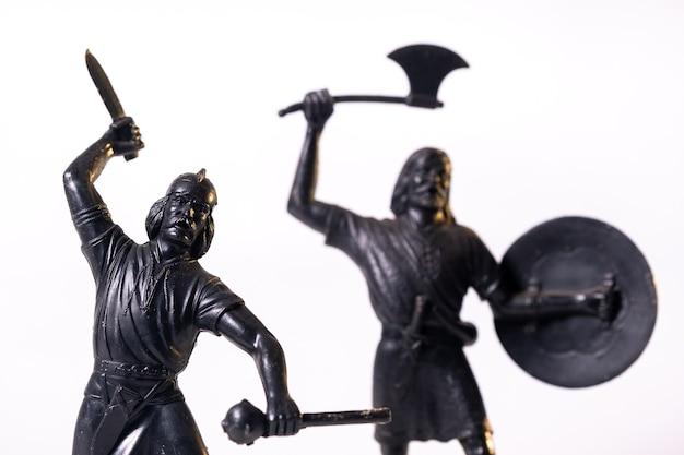 Винтажные игрушки черные солдаты викингов, изолированные на белой поверхности