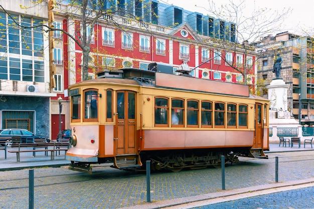 ポルトの旧市街、ポルトガルのヴィンテージの路面電車
