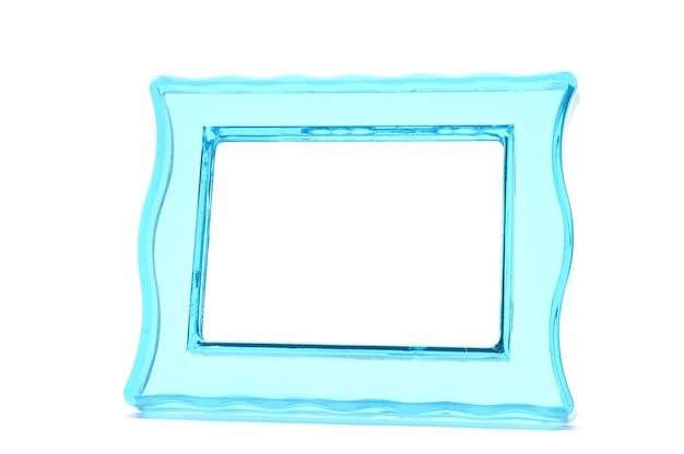 孤立した白い背景の上のヴィンテージの透明なプラスチックターコイズ色のフォトフレーム。