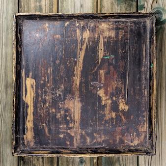 Старинный поднос на деревянном фоне