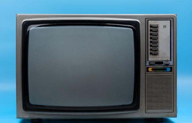 Винтажный телевизор, изолированный на синем