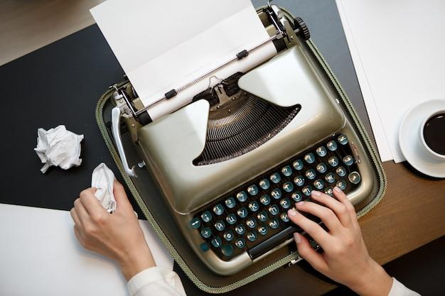 Старинная пишущая машинка и белая бумага