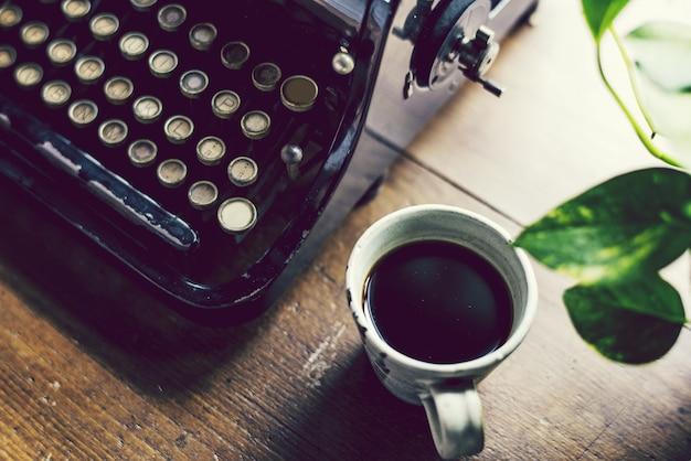 Старинная пишущая машинка на деревянном столе