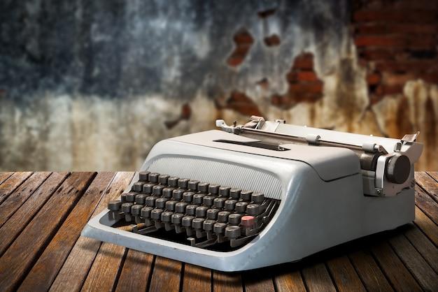 Старинная пишущая машинка на столе
