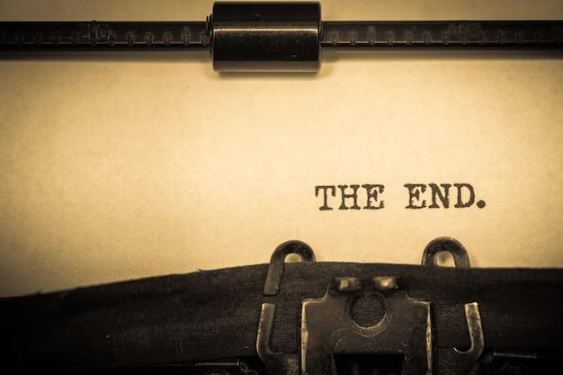 Винтаж пишущая машинка с бумагой и конец текста