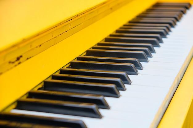 Винтажные яркие клавиши пианино на открытом воздухе крупным планом