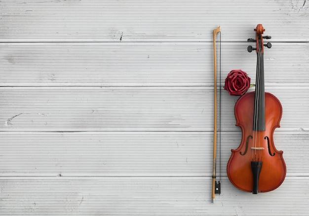 Старинная скрипка на белом деревянном фоне