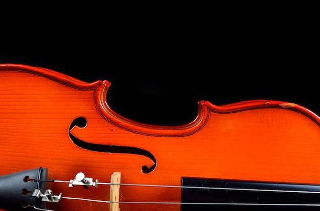 Старинная скрипка на черном фоне
