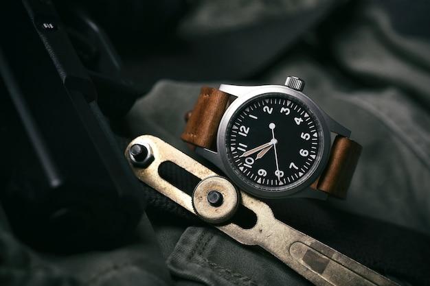 レザーストラップ付きヴィンテージ時計