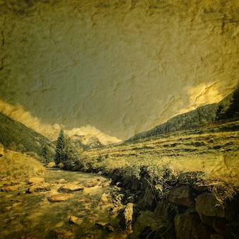 オーストリアのホーエタウアーン国立公園の山々にあるヴィンテージの滝。