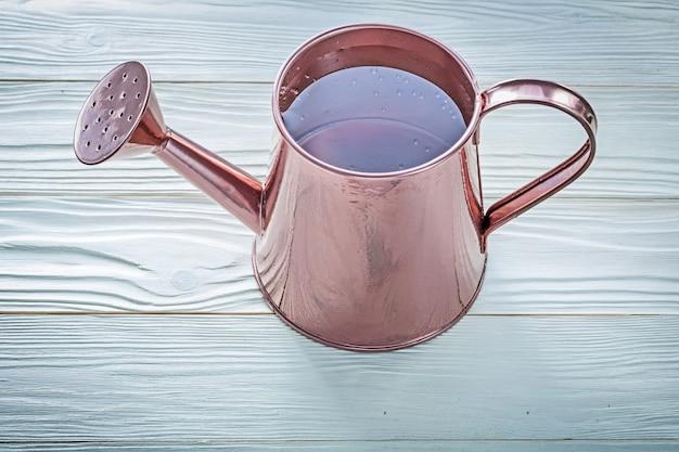 木の板農業概念上の水でヴィンテージの水まき缶