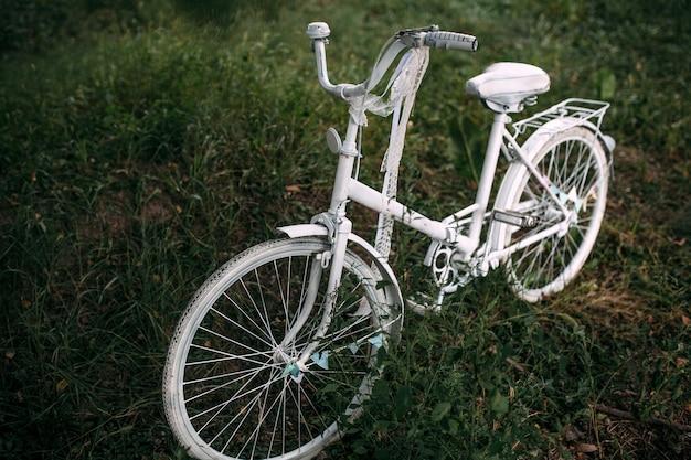 緑の芝生にビンテージホワイト自転車