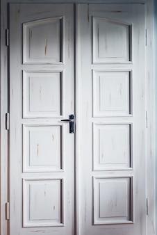 Винтажные белые двойные двери внутри дома. классическая деревянная дверь. входная межкомнатная дверь двойная.