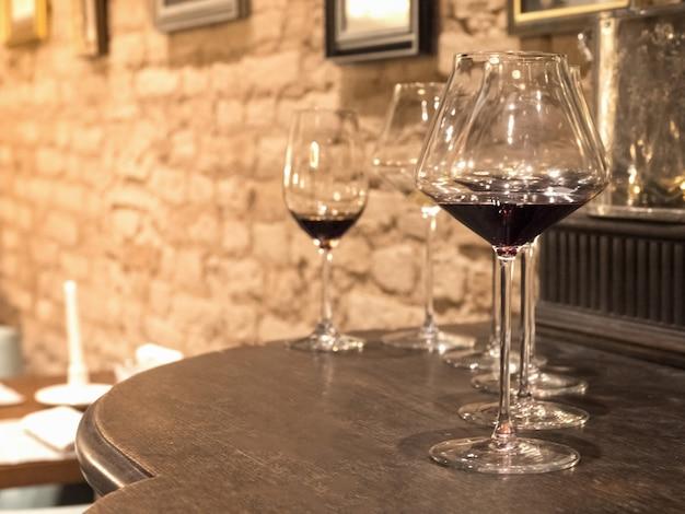 Марочное вино наливают в бокалы и графин