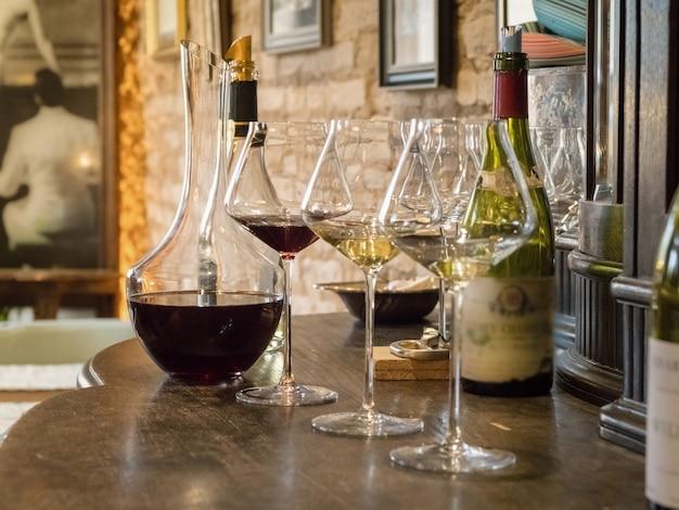 Марочное вино разливают по бокалам и графину.