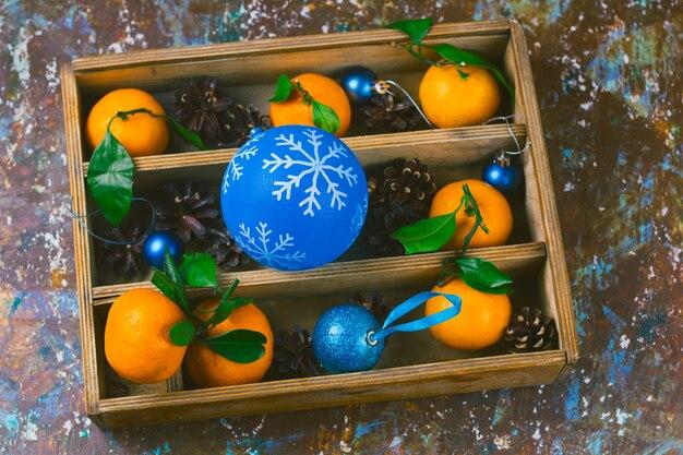 クリスマスの装飾セットとヴィンテージの木製の箱