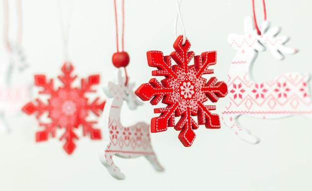 Винтажное деревянное украшение или украшение рождественской елки. рождественские олени и снежинки