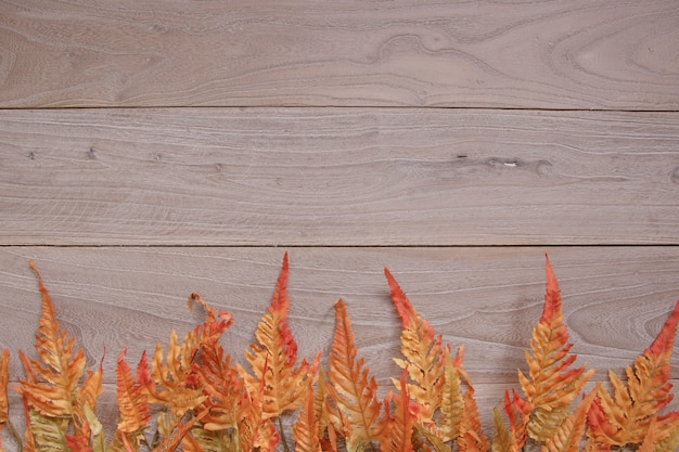 ヴィンテージ木製レトロな背景のテクスチャと自然秋の赤い葉