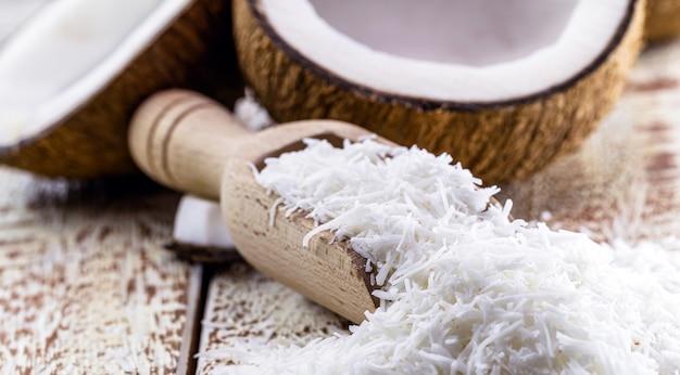 Винтажная деревянная ложка, тертый кокос, стружка и кокосовая стружка, кулинарный ингредиент для сладостей и десертов