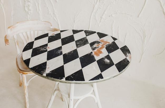 Старинный деревянный стол во французском бистро. закрытое кафе в старинном месте