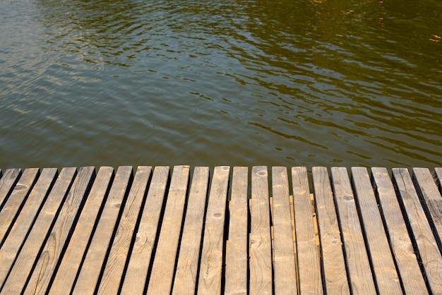 흐린 된 물 배경의 배경에 빈티지 나무 테이블.
