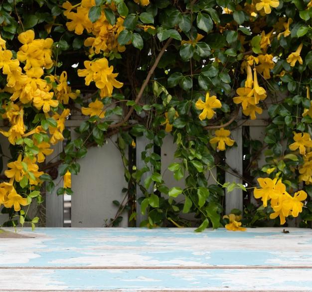 아름 다운 노란 꽃과 녹색 잎 빈티지 나무 탁상