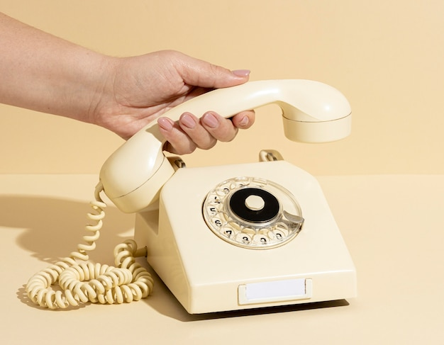 Disposizione del telefono giallo vintage
