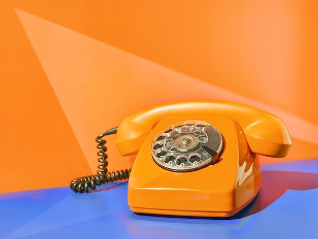 테이블에 빈티지 노란색 전화