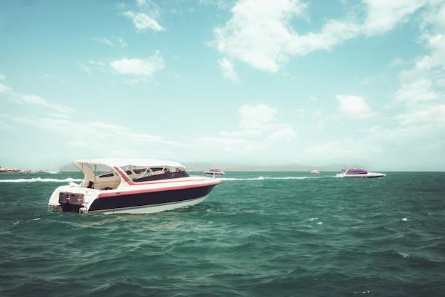 Скоростная лодка, плавающая в океане летом. vintage эффект оттенок.