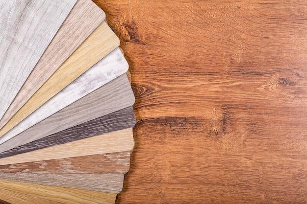 Образцы винила и линолеума на деревянном фоне