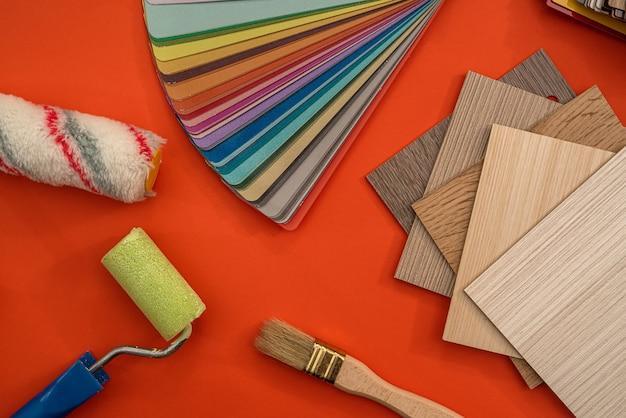 家の改修のためのブラシ付きビニールフローリング、クローズアップ