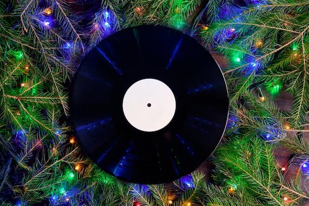 Виниловая граммофонная пластинка в рождественском стиле для рождественского плейлиста. концепция любви музыки. плоский вид и копирование пространства.