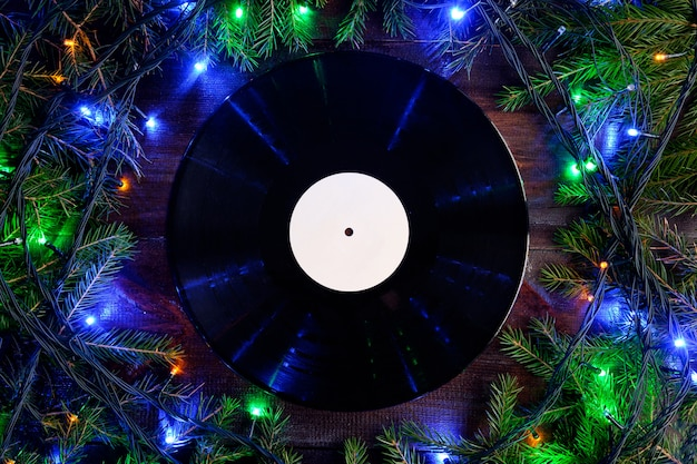 Виниловая граммофонная пластинка в рождественском стиле для рождественского плейлиста с плоским видом