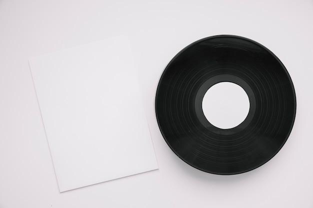 Виниловый макет рядом с бумагой
