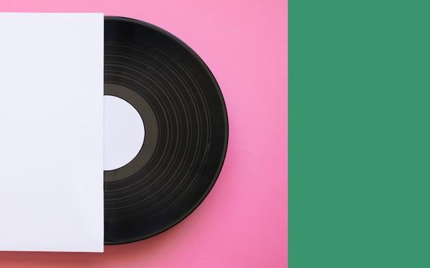 Виниловый макет на розовом и зеленом фоне