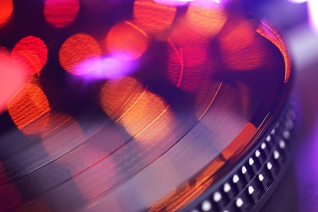 흐릿하거나 초점이 흐려진 조명이 있는 비닐 플레이어 lp 레코드입니다. 파티 컨셉