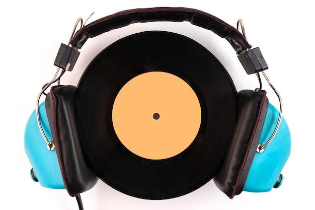 Виниловая пластинка и наушники. любитель звука, меломан или профессиональное диджейское оборудование