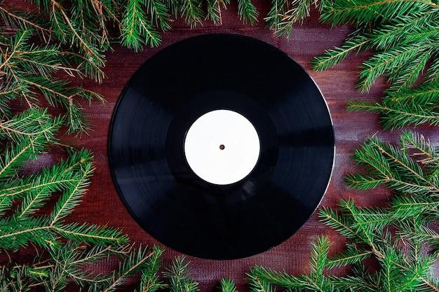 Виниловая пластинка в рождественской композиции