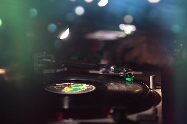 디스크 자키와 함께 댄스 클럽에서 비닐 레코드
