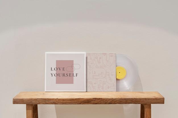 Виниловая пластинка, прислоненная к стене, минималистичный дизайн интерьера