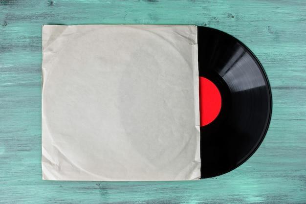 緑の木製テーブルのビニールレコード