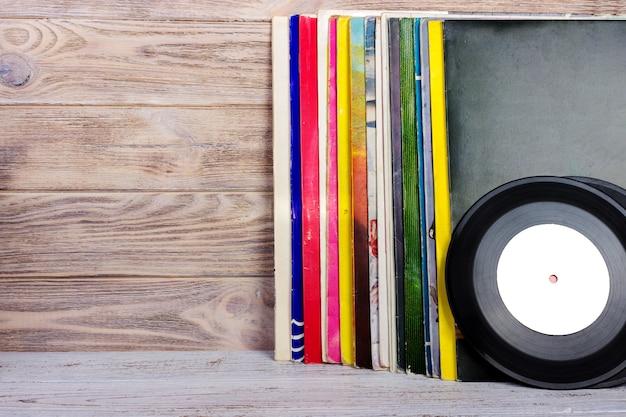 テーブルの上のビニールレコードとヘッドフォン。ヴィンテージビニールディスク