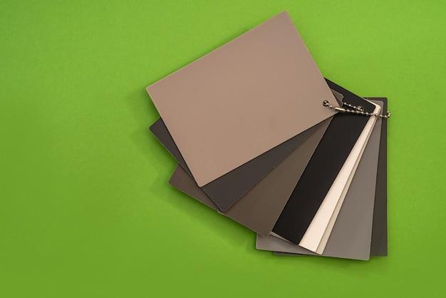 緑の背景に分離された家具のテクスチャとパターンのビニールサンプラー