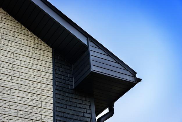 새 집 건설에 비닐 사이딩 및 창문.